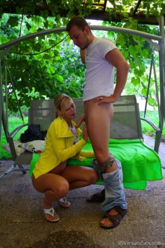 Рачком поставил девушку в джинсах и трахнул ее