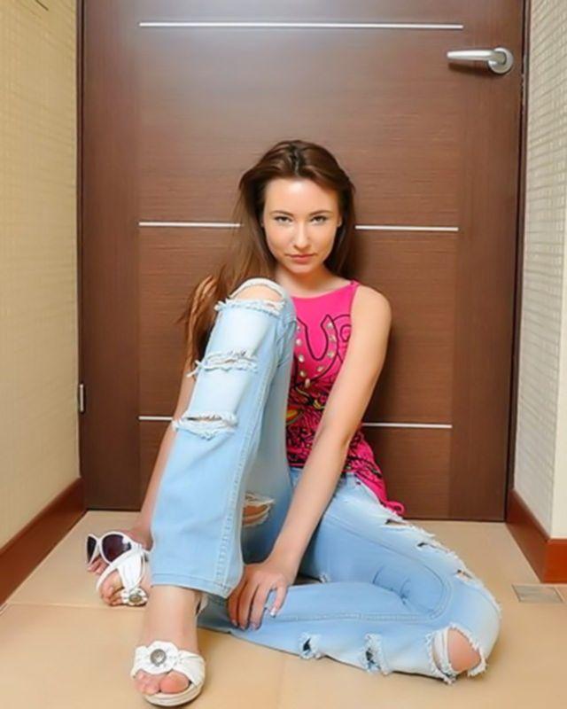 Юлька в секси джинсах устроила шикарный стриптиз