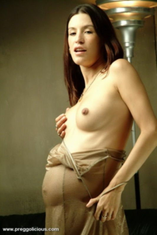 Беременная шалунья устроила стриптиз
