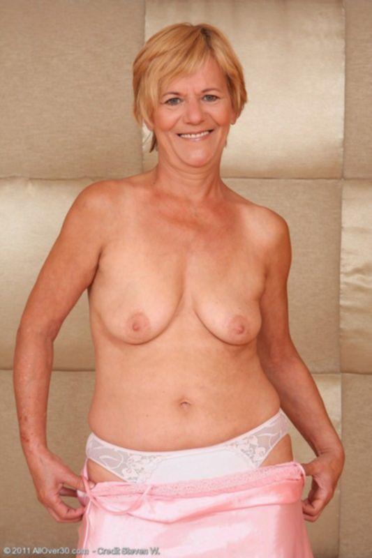 Старая бабуля показывает свою голую пизду