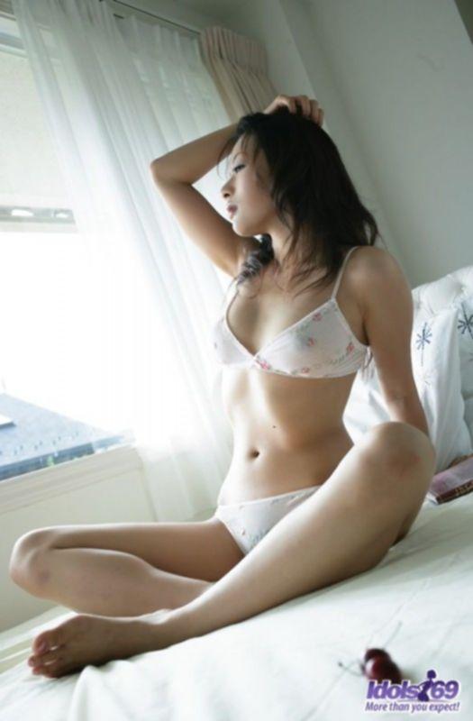 Возбуждающая красавица из Японии с волосатой пиздой
