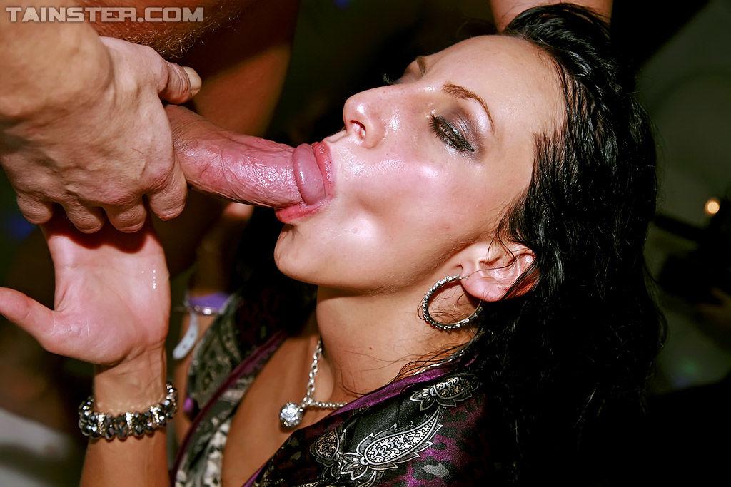 Пьяные цыпочки занимаются всеми видами секса в ночном клубе