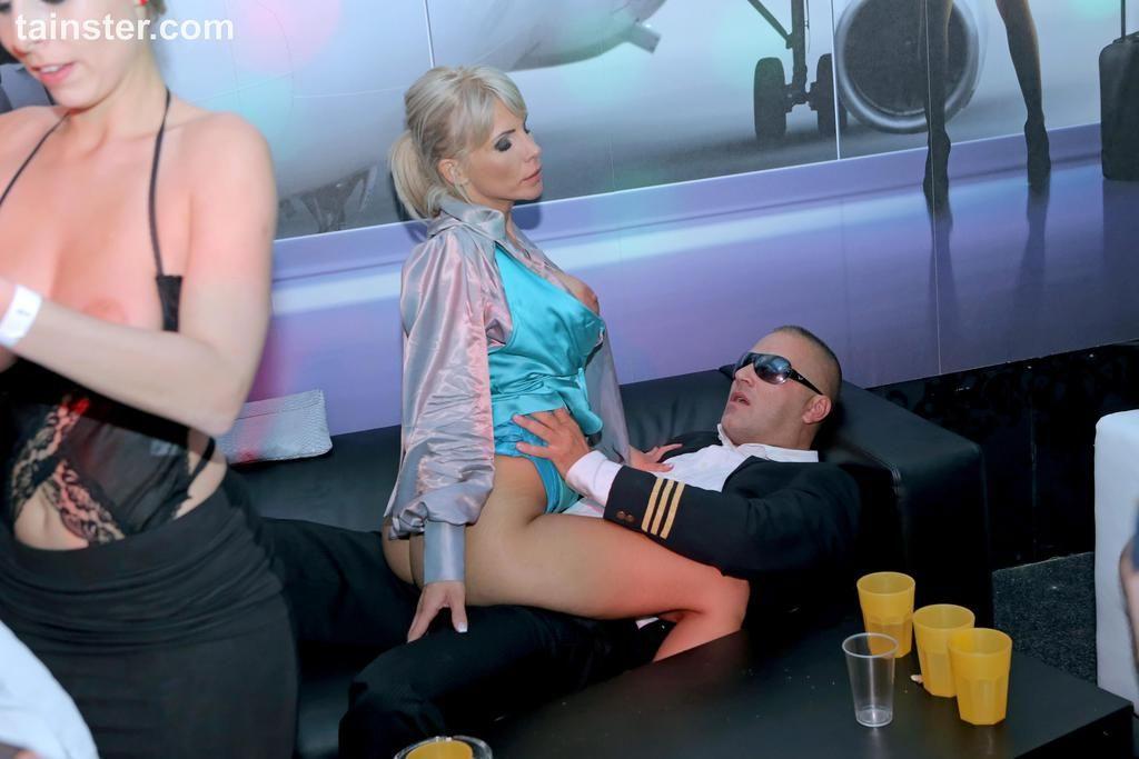 Пошлые секс фото с трахом сумасшедших шлюшек в клубе