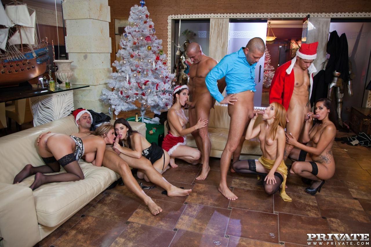 Сексапильные снегурочки в новогодней оргии с Дедами Морозами